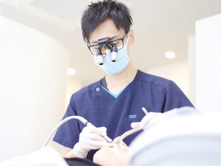 手術を行っている医師