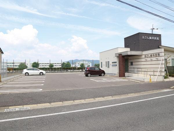 「えごし歯科医院」の駐車場